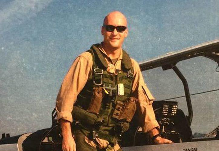 Imagen del capitán de la Infantería de Marina Chris Norgren, uno de los seis infantes de Marina de EU y dos soldados nepalíes que murieron a bordo de un helicóptero militar norteamericano que se estrelló en Nepal durante una misión de ayuda. (Theresa Norgren vía AP)