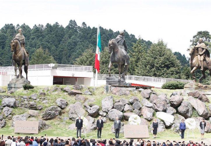 El presidente electo asistió a un evento realizado en el Estado de México, y estuvo acompañado por el gobernador del estado. (La Jornada)