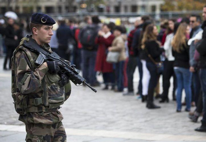 La deficiente seguridad en las fronteras de Brasil, que albergará los Juegos Olímpicos en 2016, es una de las grandes preocupaciones de las autoridades ante los hechos terroristas registrados en París. En la Un soldado galo vigila mientras un grupo de turistas hacen cola ante la catedral de Notre Dame en París. (EFE/Archivo)