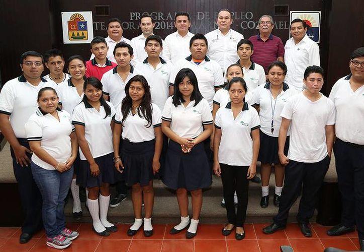 El programa de empleo temporal para estudiantes fue inaugurado ayer por el presidente municipal, Fredy Marrufo Martín. (Redacción/SIPSE)