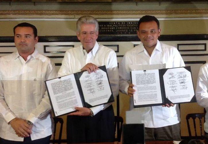 Gerardo Ruiz Esparza (i), director nacional de la SCT Y el gobernador Rolando Zapata con los convenios signados. (David Pompeyo/SIPSE)