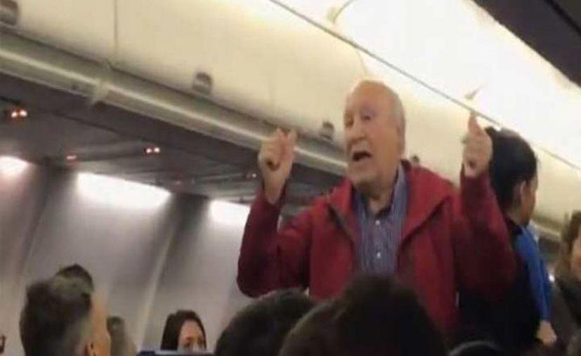 En lugar que la compañía aérea se disculpara con la pareja, los tachó de 'amenazantes' y justificó el actuar de la tripulación. (Foto: Captura del video)