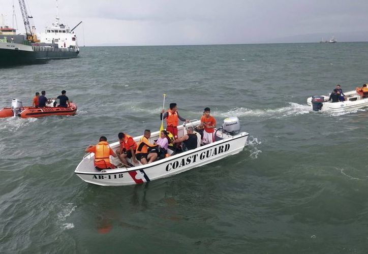 Fotografía facilitada ayer por el servicio guardacostas filipino en la que se muestra a varios miembros de un equipo de rescate durante la operación tras un naufragio frente al puerto de Ormoc, en la región central de Filipinas. (EFE)