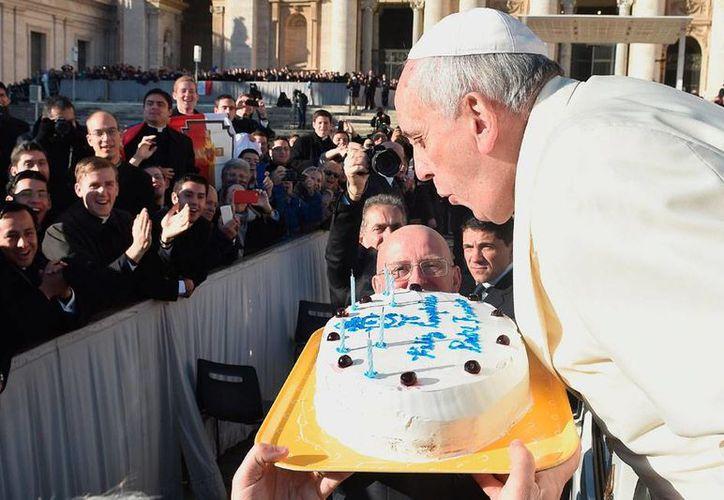 El Papa Francisco sopló la velas de un pastel durante su recorrido por la plaza de San Pedro, tras su tradicional audiencia de los miércoles en el Vaticano. Jorge Bergoglio cumplió 78 años de edad. (AP)