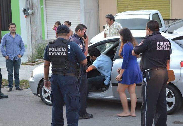 Vecinos reportaron al 066 al conductor que iba acompañado de una joven, descalza, conduciendo veloz y peligrosamente. (Redacción/SIPSE)