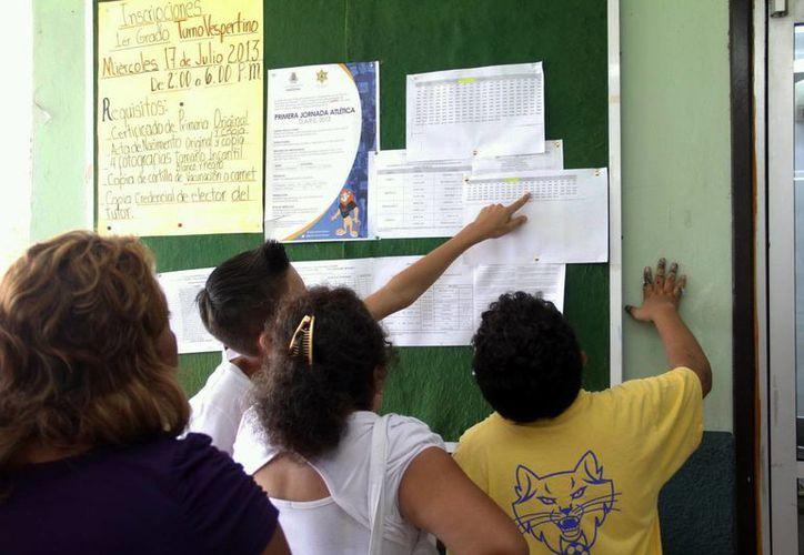 Muchos padres de familia acudieron a la escuela para revisar las listas de admitidos. (Milenio Novedades)