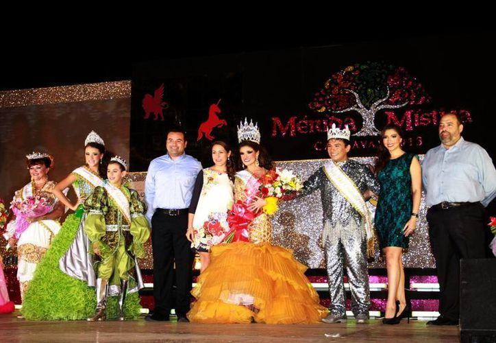 El alcalde, Renán Barrera, en la coronación de los reyes del Carnaval. (Theani Ruz/SIPSE)