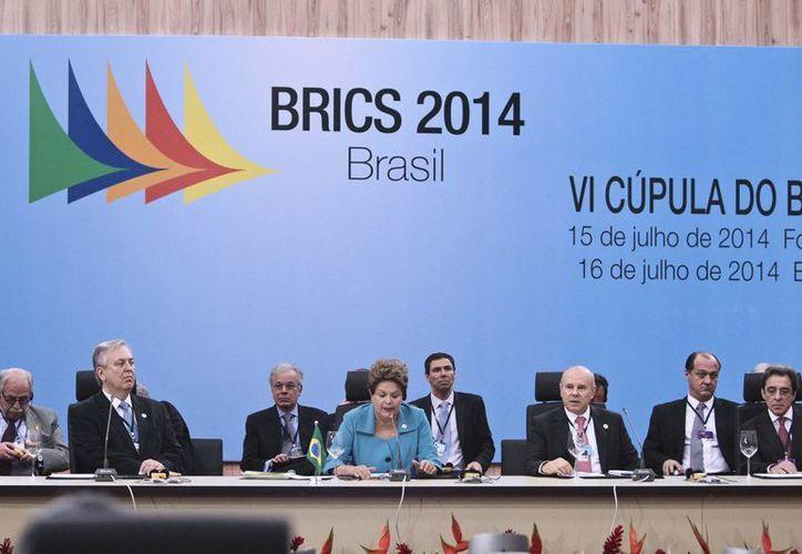 La presidenta de Brasil Dilma Rousseff (c) habla este 15 de julio de 2014 en la inauguración de la VI Cumbre de los BRICS, en la ciudad de Fortaleza, Brasil. (EFE)