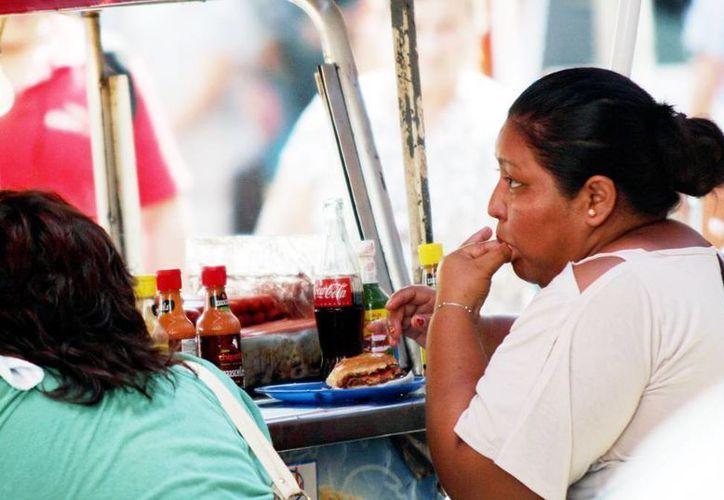 Exhortan a yucatecos a evitar comer en la vía pública. (Milenio Novedades)