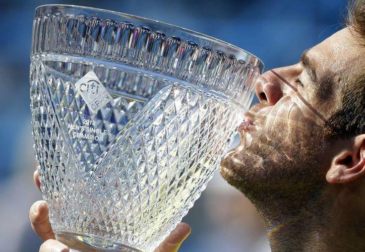 Del Potro besa la copa que ganó la tarde de este domingo. (Agencias)