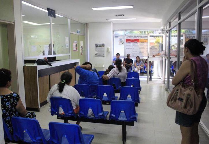 Algunos usuarios han pasado esperando por dos días, más de seis horas diarias en el Issste. (Carlos Horta/SIPSE)