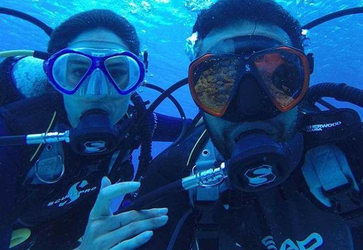 La pareja disfruta de su viaje en la isla de las Golondrinas. (@julianroman1/Instagram)