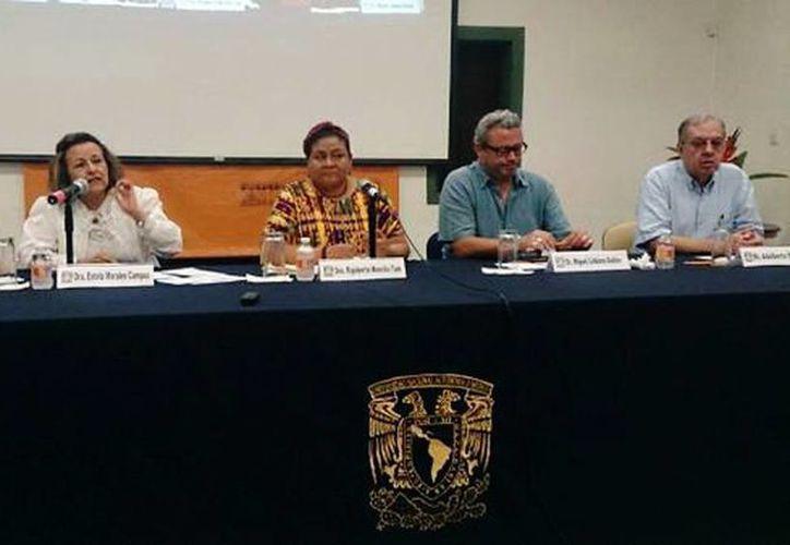 Rigoberta Menchú (c) participó en una mesa de análisis en el Centro Peninsular de Humanidades. (SIPSE)