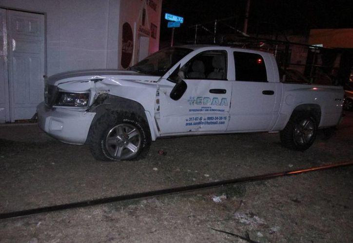 El tren golpeó la camioneta en uno de los costados. El accidente no arrojó ningún herido. (Emmanuel Palomo/SIPSE)