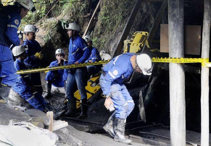 Equipos de rescate buscan los cuerpos de trabajadores sepultados por un derrumbe en una mina en Colombia. (EFE/Archivo)