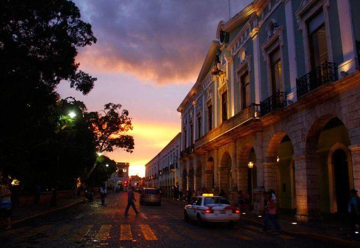 Tras la caída de un rayo que provocó un ligero temblor en el Centro Histórico de Mérida, varios usuarios de redes sociales reportaron haber visto flamazos naranja en el cielo. La imagen es de contexto. (Christian Coquet/SIPSE.com)