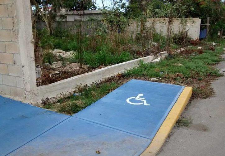 Algunas rampas conducen a terrenos intransitables para una persona en silla de ruedas. (Daniel Pacheco/SIPSE)