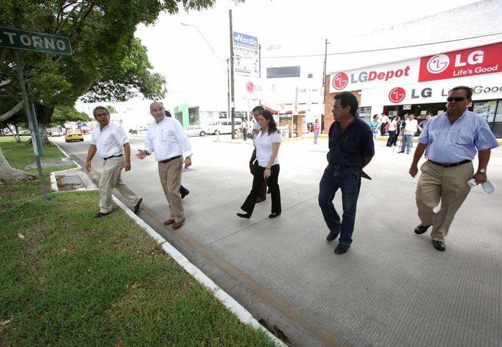 Regidores meridanos y funcionarios de Obras Públicas del Ayuntamiento supervisaron los trabajos de reparación en la calle 60 Norte. (SIPSE)
