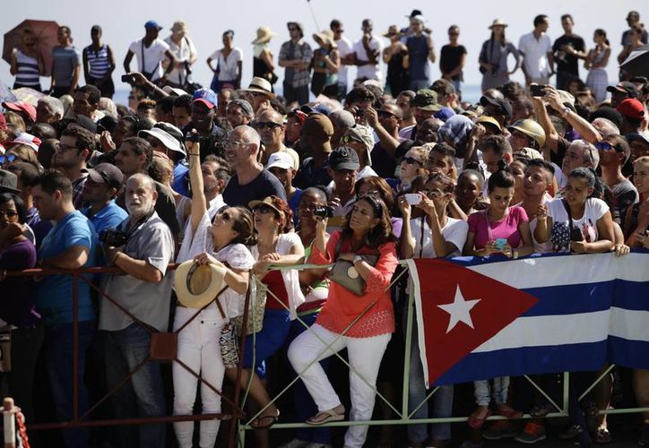Cientos de cubanos presenciaron el izamiento de la bandera de Estados Unidos en la embajada de ese país en La Habana, Cuba, el viernes 14 de agosto de 2015. (Foto: AP)