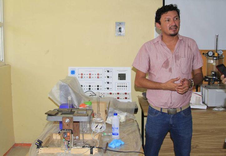 Julio Cruz Arguelles, investigador, está a cargo del proyecto de generación de energía. (Ángel Castilla/SIPSE)