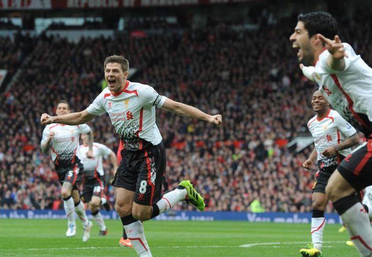 Steven Gerrard celebra uno de sus dos goles durante el partido que ha medido a Manchester United y Liverpool. (EFE)