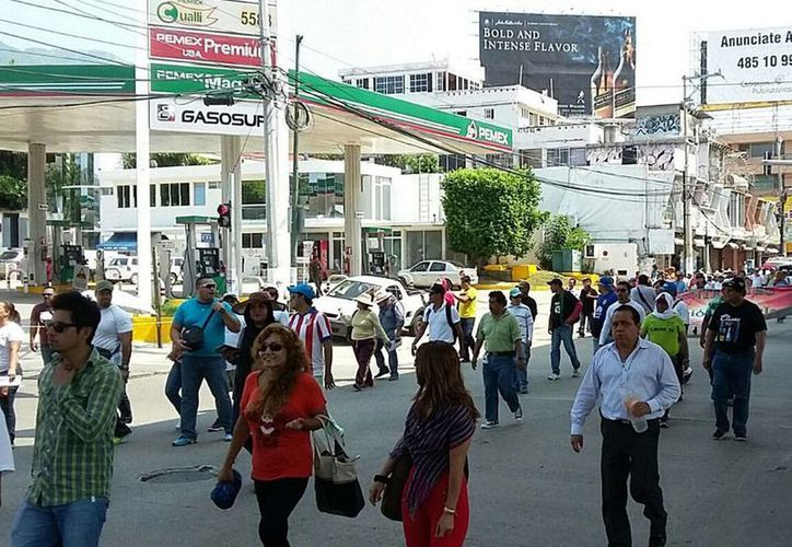 Los profesores que no laboraron el lunes para apoyar el paro convocado por la Sección 22 de la CNTE no cobrarán el día, aseguró la SEP. La imagen, de una marcha de profesores en Acapulco, está utilizada como contexto. (Archivo/NTX)