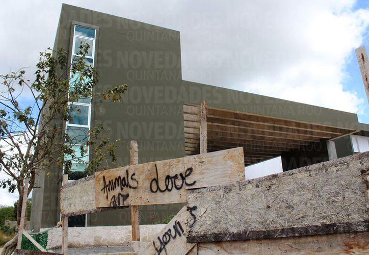 La obra inconclusa del Centro Nacional de Alto Turismo es considerada un 'foco de delincuencia'. (Redacción/SIPSE)