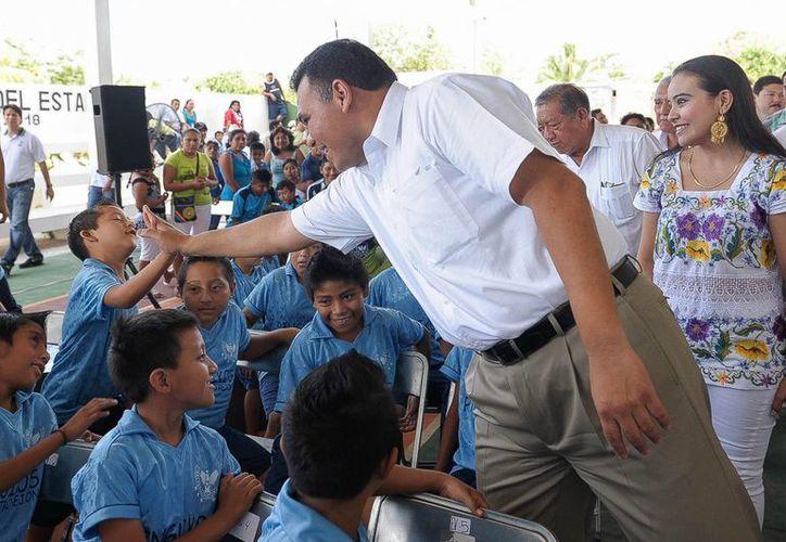 El gobernador Roland Zapata entregó ayer obras de infraestructura deportiva en los municipios de Tekantó y Xocchel. (Cortesía)
