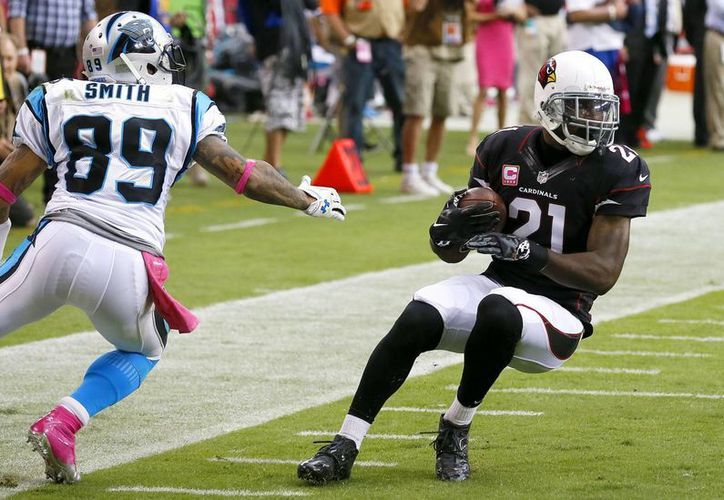 Patrick Peterson (21), de los Cardinals de Arizona, intercepta un pase dirigido al wide receiver de los Panthers de Carolina Steve Smith (89) en la primera mitad del partido. (Agencias)