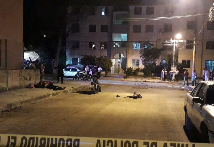 Los cuerpos de los sujetos quedaron tirados sobre el asfalto. (Foto: Cortesía).