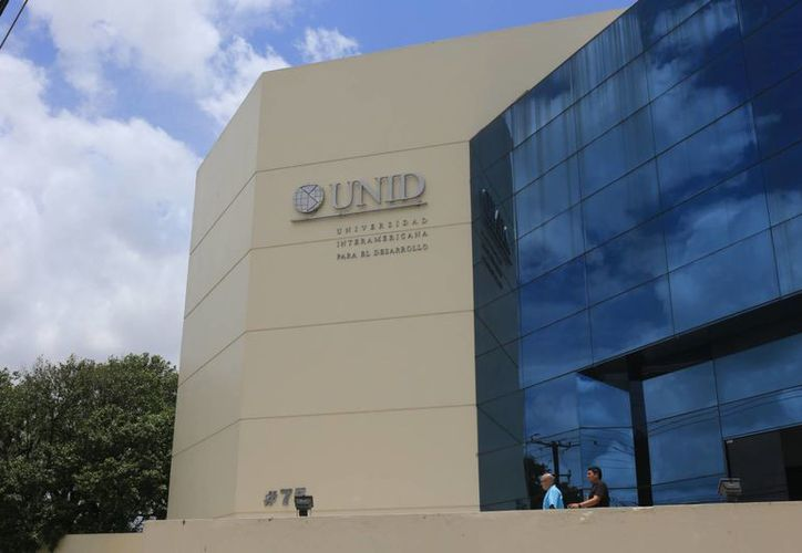 Fachada del edificio de la Universidad Interamericana para el Desarrollo (UNID), que cuenta con su propia casa productora de libros. (SIPSE)
