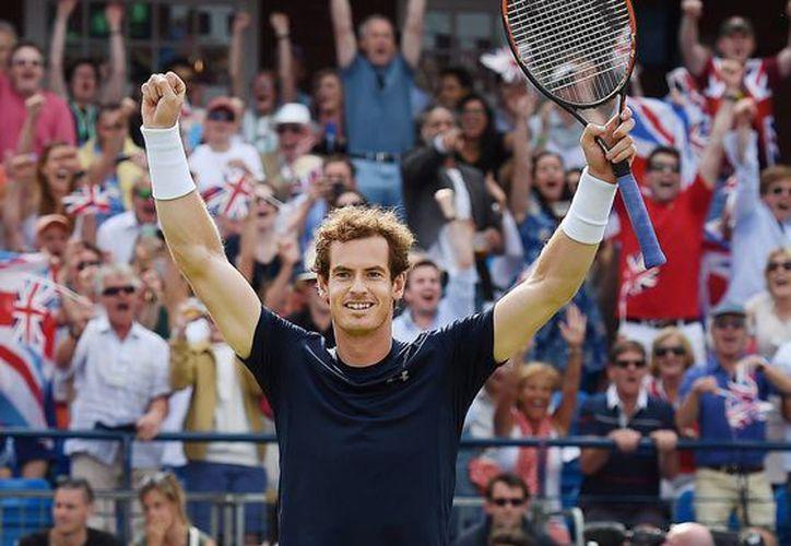 Los hermanos Andy y Jamie Murray pusieron a vibrar a Gran Bretaña luego de obtener el punto de dobles contra Francia en Copa Davis. En la imagen, Andy celebra la victoria el termino del encuentro. (EFE)