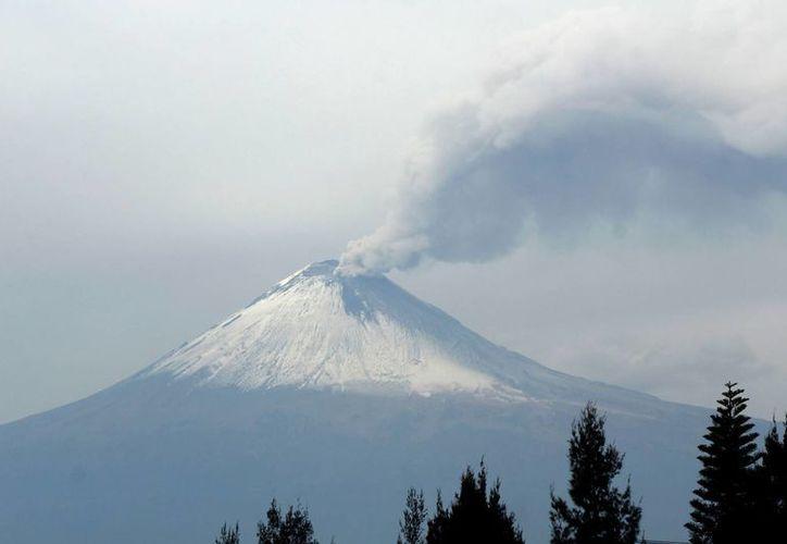 La actividad el volcán Popocatéptl causó que las autoridades decidieran cerrar el aeropuerto de la ciudad, debido a las cenizas que lanzó el coloso. (Archivo/NTX)