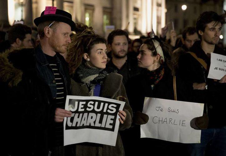 """Muchos de los manifestantes llevaron carteles con la leyenda: """"Je suis Charlie"""" (""""Yo soy Charlie""""). (Agencias)"""
