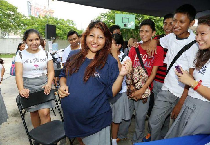 En la imagen una joven estudiante embarazada que sigue estudiando gracias al apoyo que recibe de Promajoven. (Milenio Novedades)