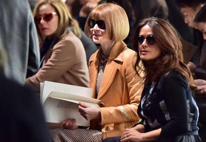 Salma Hayek junto a la editora de la revista 'Vogue'. (AFP)
