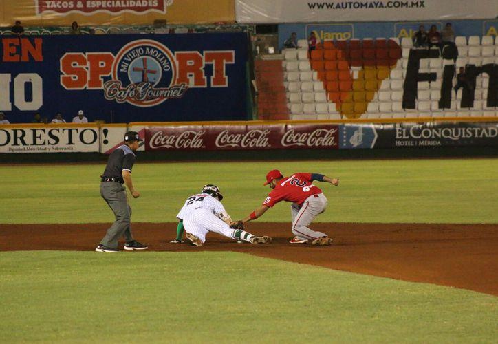 Leones de Yucatán, con filigrana de pitcheo de Yoanner Negrín, derrotó a Piratas de Campeche, en el primer juego de la serie. (José Acosta/SIPSE)