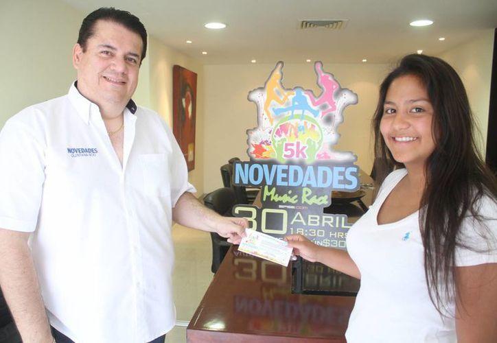 La campeona de Taekwondo, María José Erosa Molina, recibió su boleto para participar en la carrera. (Redacción/SIPSE)
