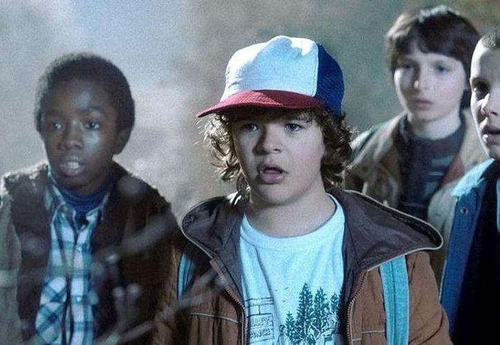 Captan a actores de Stranger Things tomados de la mano. (Netflix).