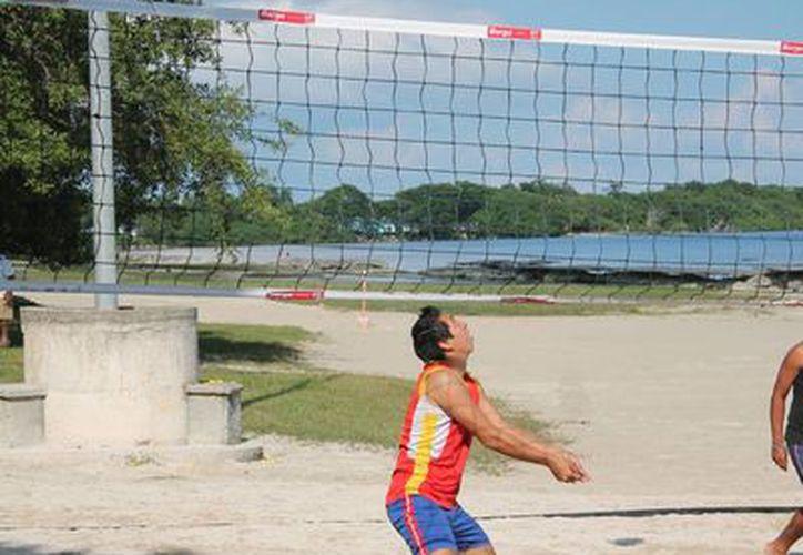 El torneo se desarrolla en el balneario público de Dos Mulas, en el bulevar Bahía. (Miguel Maldonado/SIPSE)