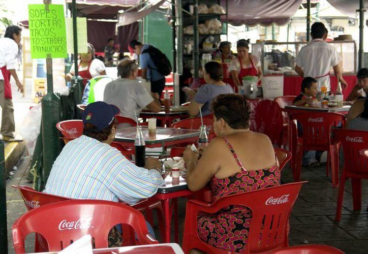 Muchos puestos de comida carecen de medidas de seguridad. (Milenio Novedades)