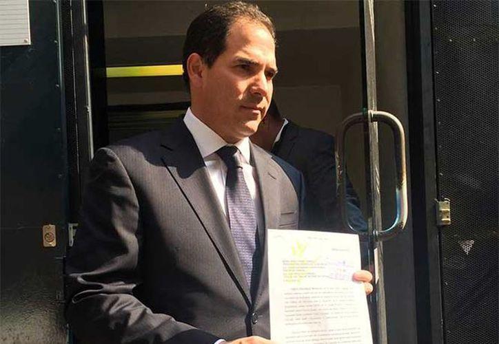 Pablo Escudero acudió a las instalaciones de la PGR, en Paseo de la Reforma 211, para presentar el documento en contra del fiscal. (@partidoverdemex)