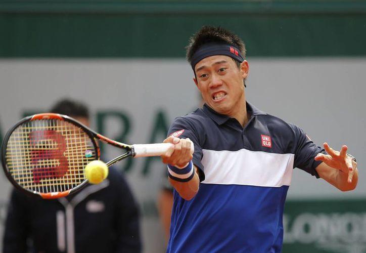 Kei Nishikori derrotó al ruso Teymuraz Gabashvili y logró avanzar a cuartos de final del torneo francés. (AP)