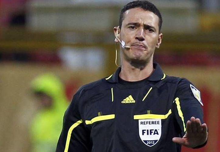 El árbitro colombiano Wilmar Roldán se encargará de pitar el debut de la selección mexicana ante Camerún. (futbolred.com)