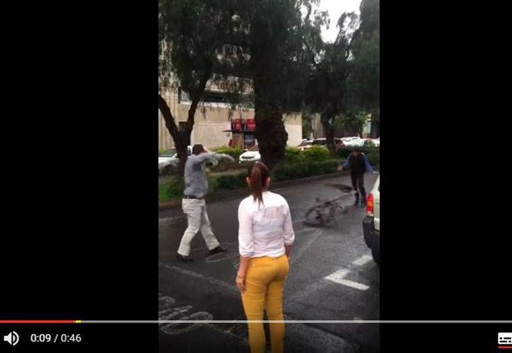 Captura de pantalla del video donde se ve a 'Lord Dodge', lanzando una bicicleta contra un ciclista, con el que tuvo un incidente en la colonia Polanco de la Ciudad de México. (YouTube)