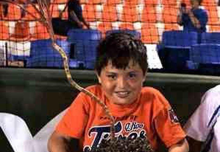 Niños aparecieron en el diamante cancunense con macetas de cerámica en forma de pelota de béisbol. (Redacción/SIPSE)