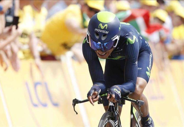 El ciclista colombiano Nairo Quintana empleó 1.01 minutos más que quien lidera de forma provisional el Tour de Francia, el australiano del BMC Rohan Dennis. En la foto, Nairo realiza la prueba contrarreloj de la primera ronda. (Efe)