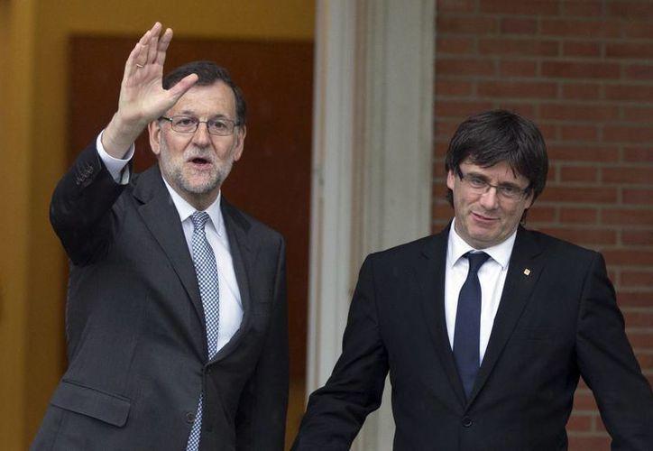 Carles Puigdemont se reunió este miércoles en La Moncloa con el presidente del gobierno en funciones, Mariano Rajoy Brey. (AP)