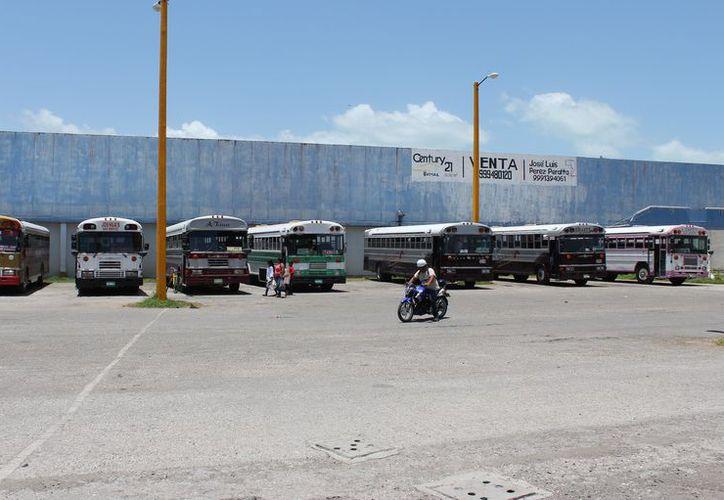Los camiones provenientes de Belice son los más perjudicados al tener que hacer varios pagos para llegar a Chetumal. (Joel Zamora/SPE)