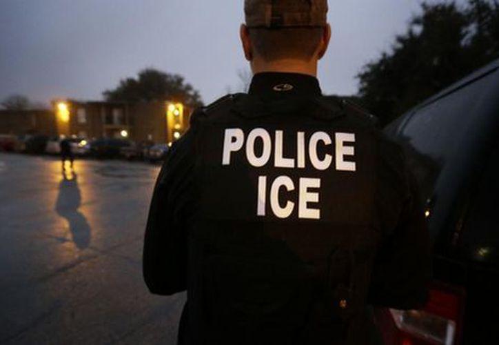 Agentes encargados de las deportaciones cumplen a rajatabla el llamado de Trump a reprimir la migración. (AP)